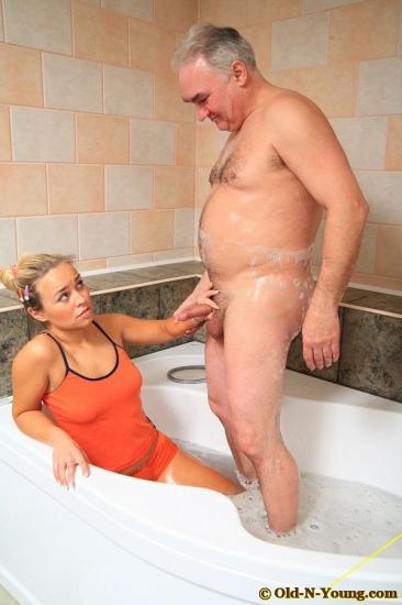 дед и внучка трах в ванной