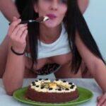 Oprcal ji když si vychutnávala dortík
