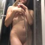 Holčička si ráda prstí pičku ve sprše