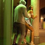 Opilou dívku z párty omrdal venku na veřejnosti