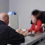 Česká dívka prodává drogy a je znásilněná zásahovkou